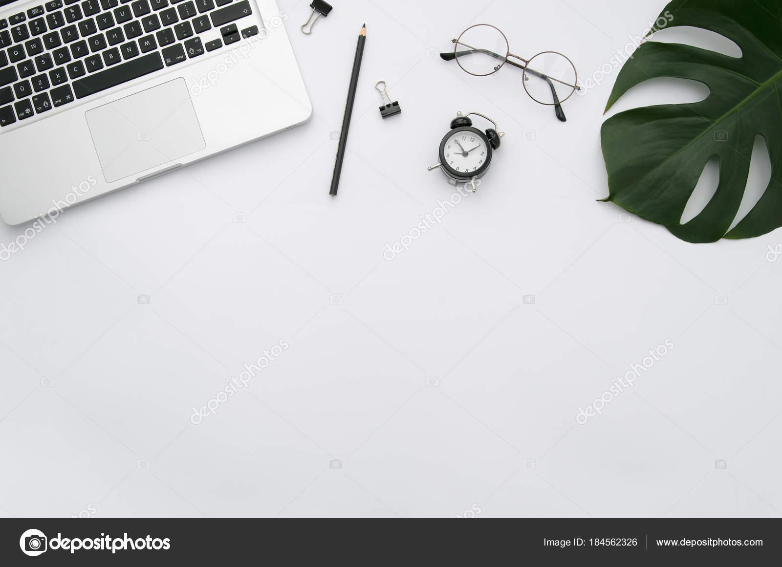 Mock-up home-Office-Arbeitsplatz mit Laptop, Palmblatt, Notebook und ...
