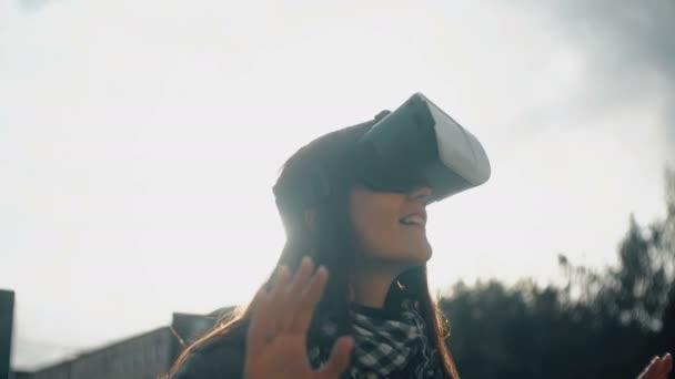 donna usa un bicchieri di realtà virtuale in luce posteriore al tramonto 4K