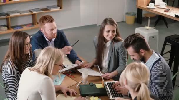 Kreativní podnikání tým u stolu v kanceláři moderní spouštění. Mužské vůdce vysvětluje podrobnosti o projektu