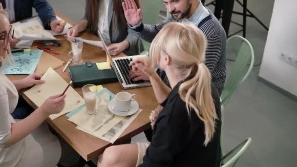 Kreativní podnikání tým u stolu v kanceláři moderní spouštění. Ženské vůdce vysvětluje podrobnosti o projektu