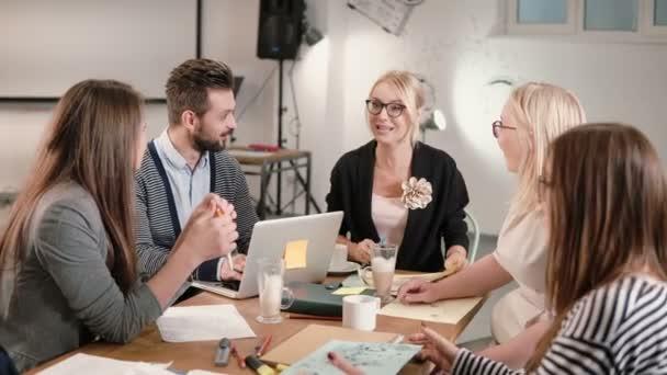 ženské vůdce hlášeno dobré zprávy, všichni jsou šťastní, Scottem navzájem obchodní tým v moderní spuštění office.