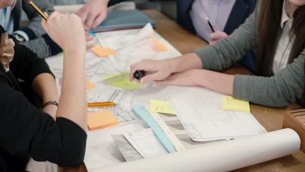 Chiuda in su brainstorm gruppo della riunione di équipe business creativo di giovani architetti in ufficio avvio discutere nuove idee