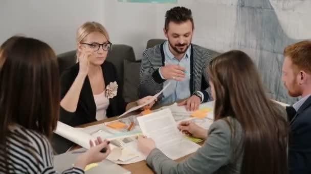 Creative malé firmy tým mladých architektů schůzku v kanceláři po spuštění aktivně diskutovat o nové myšlenky