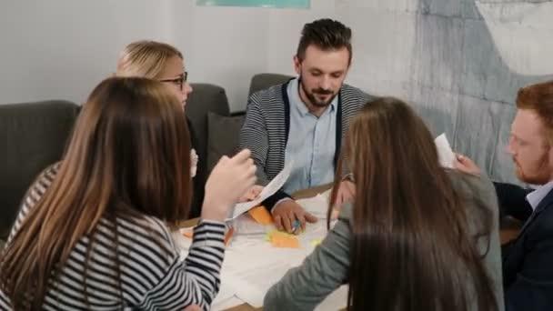 Piccole imprese creative team giovani architetti riunione nellufficio di avvio discutendo attivamente nuove idee