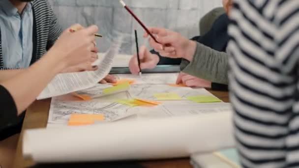 Detailní záběr rukou mladých architektů kreativní malé firmy týmu setkání v kanceláři spuštění diskuse o nové myšlenky