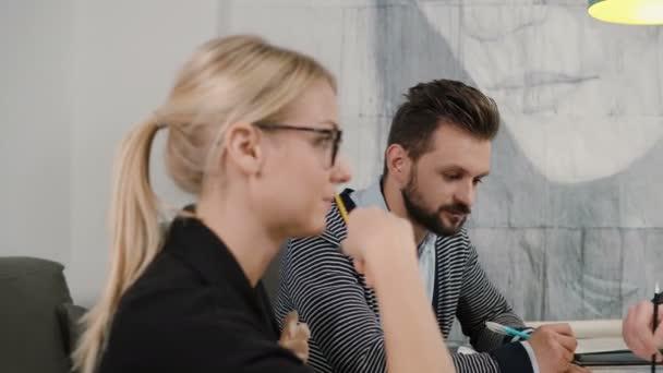 Kreatív kisvállalkozások csapat fiatal építészek találkozó indítási office megvitathatják az új ötletek