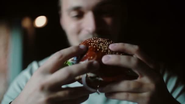 člověk má jíst, ochutnávka lahodné big burger maso se sýrem a zeleninou