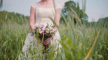 4fbcafadb11d Μια όμορφη νεαρή νύφη μυρίζοντας την ανθοδέσμη ...