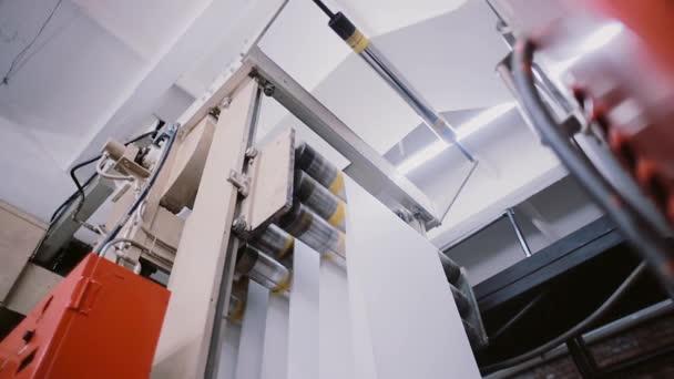 Proces tisku v tiskové zařízení. Papír na tisk detailu na výrobní lince se zvukem.