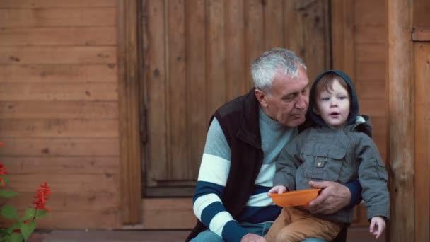 видео дед имеет внука
