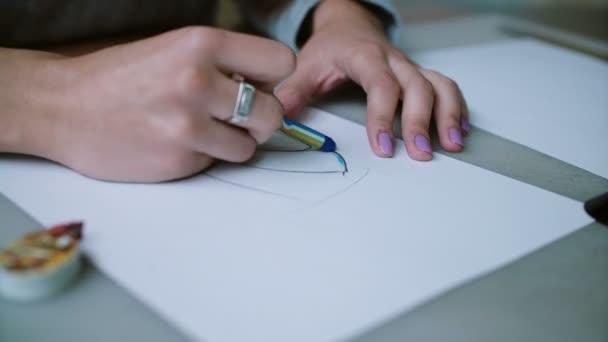 Kobieta Siedzi Przy Stole Trzymając Ołówek I Kolorowanie Szkicu