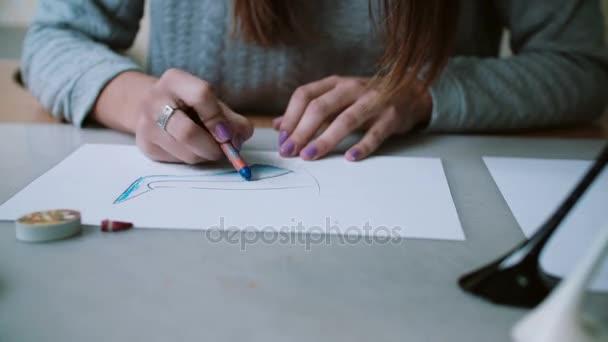 Młody Projektant Siedzi Przy Stole W Biurze Trzymając Ołówek I