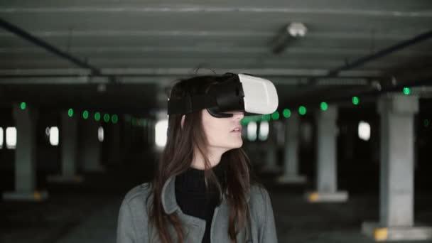 Giovane donna che usando un bicchieri di realtà virtuale il posto auto. Ragazza con agitando i capelli, indossa cuffia Vr. 4k