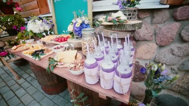 Tafel Voor Buiten : Kaas tafel met andere snacks buiten bloemen plakjes kaas noten