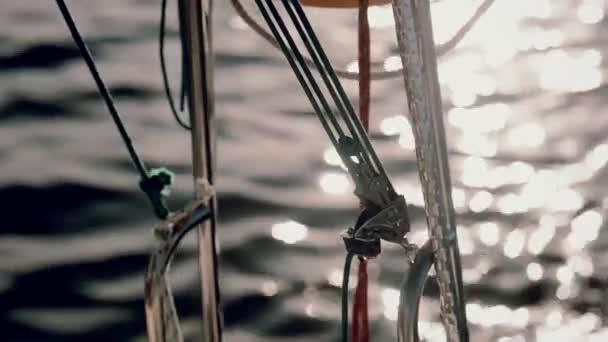 Nahaufnahme der Schiffsteile, Kabel und Karabiner. Rettungsring hängt an der Jacht.