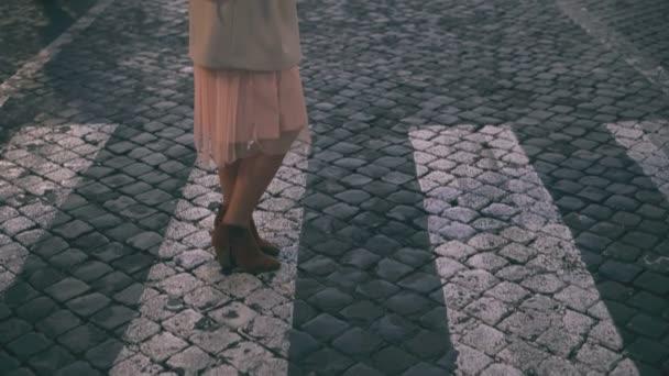 Mladá krásná žena chůze v Piazza di spagna, Řím, Itálie. Dívka jde do katedrály Saint Peter. Zpomalený pohyb.