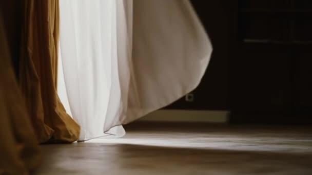 een wit transparant gordijn is romantisch golf in de wind op een mooie zomerdag stockvideo