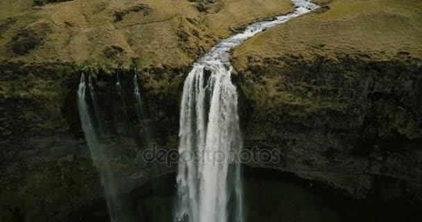 Schöne Aussicht auf Tal mit mächtigen Fluss fließt und fällt runter. Luftaufnahme des Seljalandsfoss Wasserfall in Island