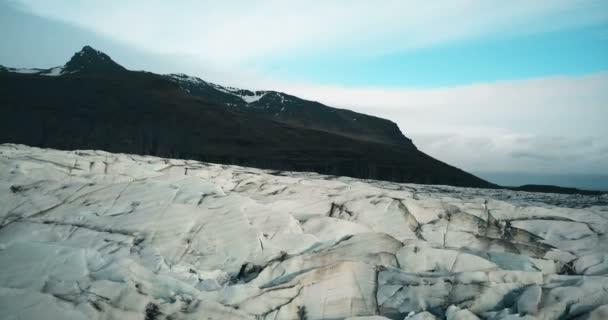 Letecký snímek ledu trhliny s černým sopečným popelem. Vrtulník létání nad velké ledovce Vatnajokull na Islandu