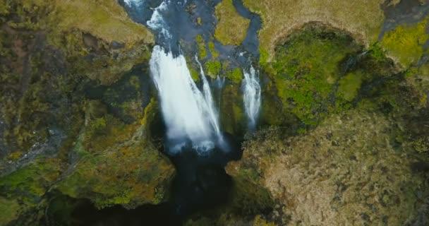 Top top Légifelvételek a vízesés Gljufrabui Izlandon. Helikopter mozog lefelé, a víz áramlását a felső esik.