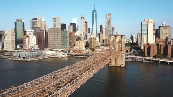 Letecký pohled na Brooklynský most na Manhattanu v New Yorku, Amerika přes East river v slunečný den.