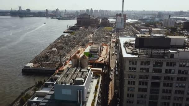 Letecký pohled na čtvrti Brooklyn v New Yorku, do Ameriky. DRONY létání nad budovy na břehu East river