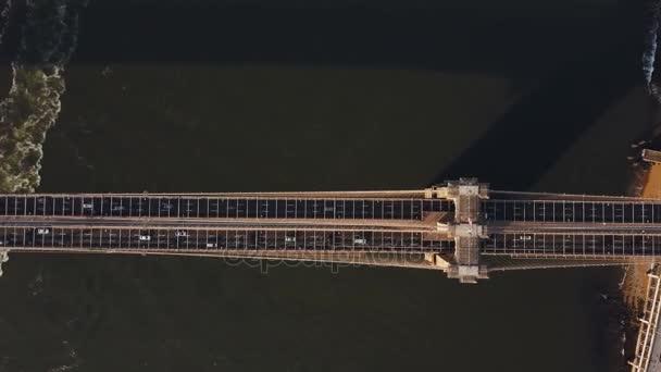 Horní pohled na Brooklynský most v New Yorku, do Ameriky. Dron nad provoz silnice, křižovatky v Manhattanu