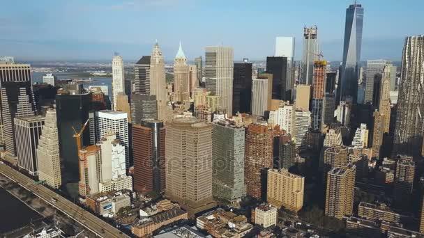 Letecký pohled na čtvrti Manhattan v New Yorku, do Ameriky. Dron nad rušné město poblíž East river.
