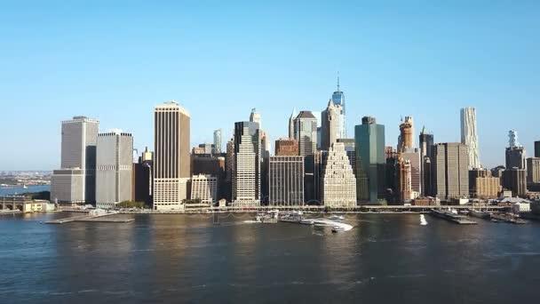 Letecký pohled na centrum města New York. Drone flying poblíž čtvrti Manhattan v hlavním městě Ameriky.