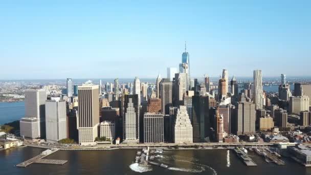 Letecký pohled na rušné centrum města na břehu East river. Čtvrti Manhattan v New Yorku, Amerika.
