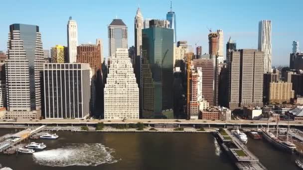 Letecký pohled na New York, Amerika. Drone flying mimo Manhattan na břehu East river.