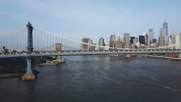 Letecký pohled na Manhattan most přes East river. Drone flying u cesty v New Yorku, Amerika.