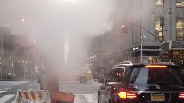 New York, Usa, 18.08.2017 Datailní pohled ulici v centru města a parní kouřit dýmku v New Yorku, Amerika.