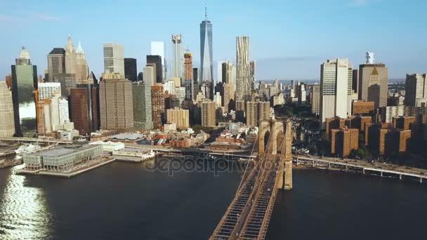Letecký pohled na Brooklynský most v New Yorku, Usa, bude do čtvrti Manhattan. Americká vlajka mávání na vítr.