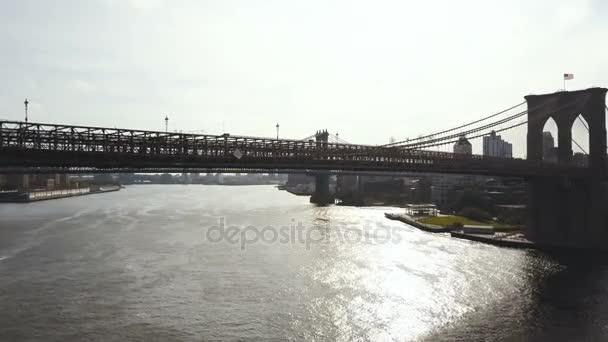 Letecký pohled na East river v New Yorku, do Ameriky. Dron nad Brooklynský most, pohled na Manhattan bridge