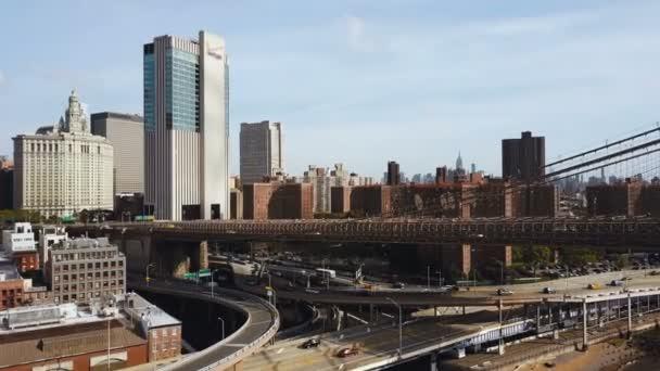 Letecký pohled na New York, Amerika. DRONY létání pod silniční provoz ve finanční čtvrti Manhattanu