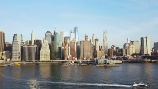 Letecký pohled na slavné město, New York, Amerika. DRONY létání nad East river s lodí projížděl a Manhattan