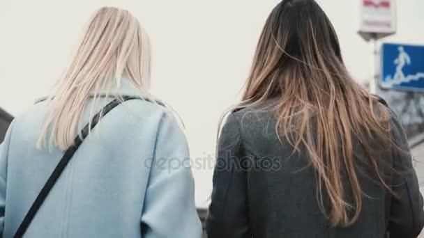 vid-szadi-foto-blondinka-i-bryunetka-konchili-na-babu-tolpoy