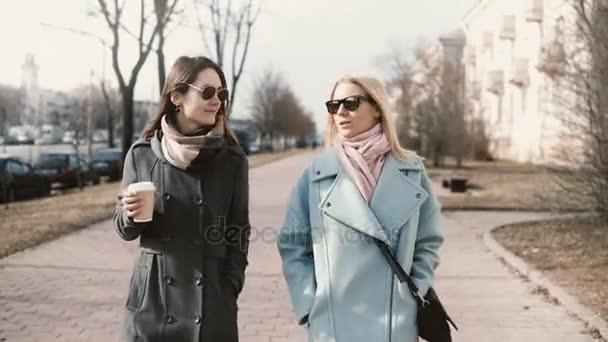 Dvě mladé šťastný kavkazských Dámská turistická společně. Přítelkyně, chatování na ulici. Podnikání žen sešli mimo