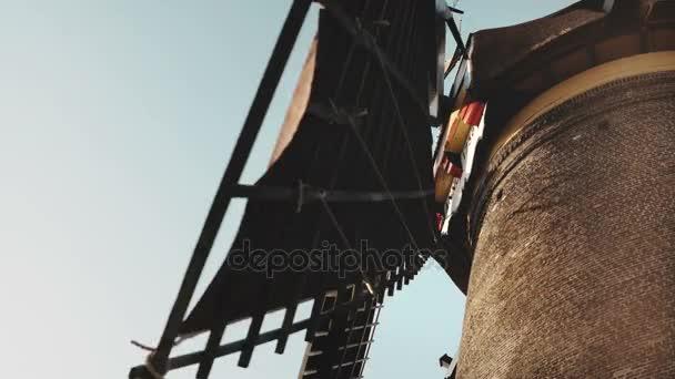 4 k extrémní detail staré rustikální větrný mlýn. Nizozemsko. Když se postavíte přímo pod lopatky. Mezník architektury.