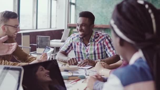 Smíšené rasy skupina architektů na obchodní jednání v moderní kanceláři. Vedoucí muž afrického týmu diskusi o myšlenky