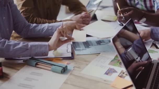 Nahaufnahme einer multiethnischen Gruppe von Menschen, die am Tisch arbeiten. Kreatives Business-Team wählt Farbe und Material