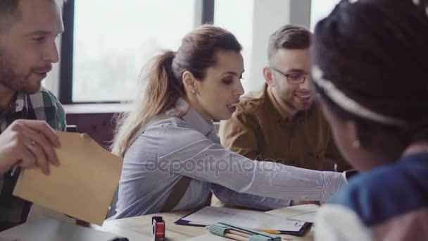 Kreative Business-Team-Meeting im modernen Büro. Gemischte Rassen Gruppe junger Leute zu wählen, die Farbe und das material