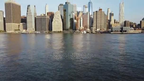 Légifelvételek híres város New York, Amerika, Manhattan üzleti negyedét. Drone repülő alacsony, az East river és a pier