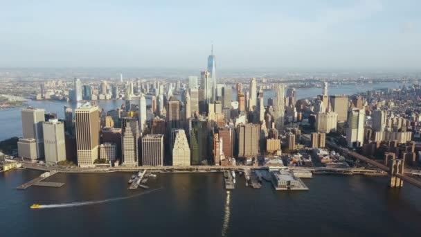 Letecký pohled na New York, Amerika. DRONY létání nad East river a Manhattan centrum města na pobřeží.