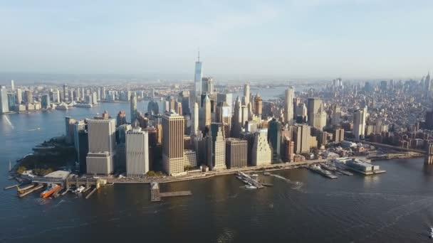 Letecký pohled na Manhattan District na břehu East river. Krásné panoráma New Yorku, Amerika.