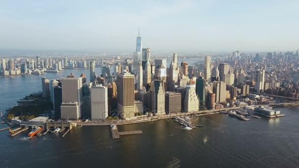 Letecký pohled na rušné New York City v Americe, čtvrti Manhattan na břehu East river. Dron létá do centra města