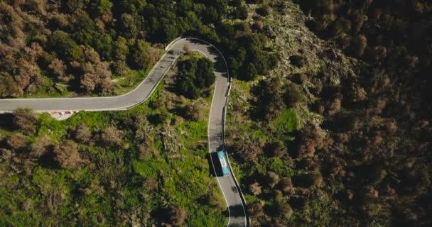 Modrý autobus odboč na horské silnici letecký pohled. Nebezpečná úzké lesní cesty. Bezpečnosti silničního provozu. Cestovní 4k