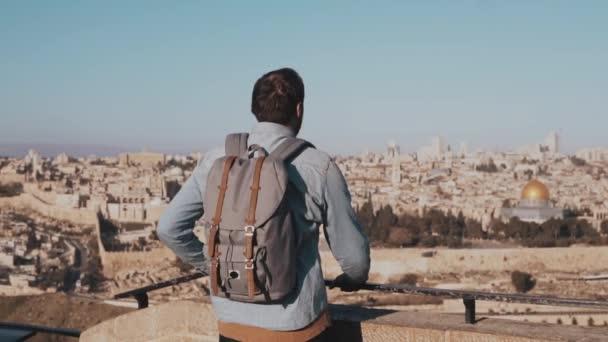 Člověk bere smartphone fotografie v Izrael, Jeruzalém. Evropské turistické muž stojí starobylé scenérie. Cestování. Zpomalený pohyb