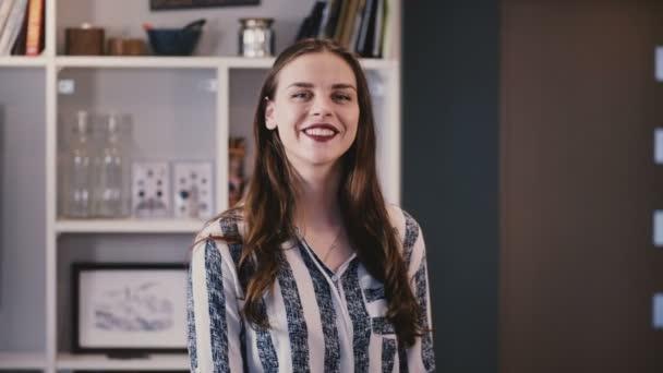 Wunderschöne europäische Mädchen posiert in die Kamera. Attraktive junge Brünette Lady mit langen Haaren lächelt fröhlich. Schönheit. 4k